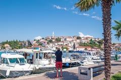 Турист фотографирует гавань Vrsar на Адриатическом море в Istria, Хорватии стоковое изображение rf