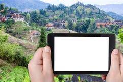 турист фотографирует деревню Dazhai в Китае Стоковое Фото