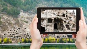 турист фотографирует пещеры в гротах Longmen Стоковое Изображение RF