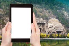 турист фотографирует пещеры Longmen в Китае Стоковая Фотография RF
