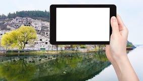 турист фотографирует реку Yi и западный холм Стоковое Фото