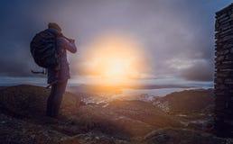 Турист фотографируя на держателе Ulriken Стоковые Изображения RF