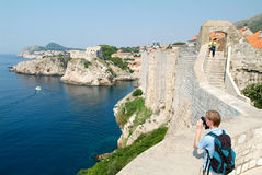 Турист фотографируя побережье Дубровника Стоковое Изображение