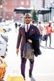 Турист Africn идет на улицу стоковые фотографии rf
