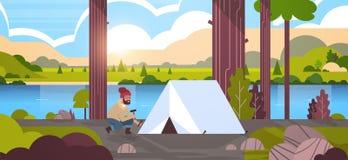 Турист hiker человека устанавливая шатер подготавливая для располагаясь лагерем гор реки природы ландшафта восхода солнца концепц иллюстрация вектора