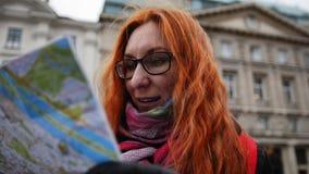 Турист Yong - женщина при красные волосы и стекла смотря карту в вене Стоковая Фотография RF
