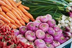 Турнепсы и моркови на рынке фермера в Париже, Франции Стоковое фото RF