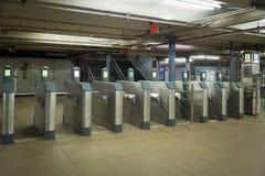 Турникеты без людей идя в показ станции коммутируют станция th, который побежали поезда бегов управления порта стоковое фото rf