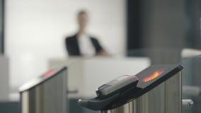 Турникеты с читателями электронной карточки Рамка Новые технологии в метро акции видеоматериалы