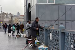 Турция, Стамбул, 14,03,2018 рыболовов на Ghatat наводит acro Стоковые Фото