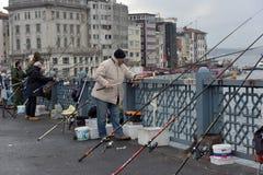 Турция, Стамбул, 14,03,2018 рыболовов на Ghatat наводит acro Стоковая Фотография