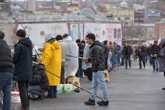 Турция, Стамбул, 14,03,2018 рыболовов на Ghatat наводит acro Стоковая Фотография RF