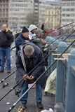 Турция, Стамбул, 14,03,2018 рыболовов на Ghatat наводит acro Стоковое Изображение