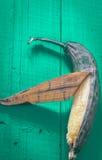 Тухлый банан на деревянной предпосылке Стоковое Изображение