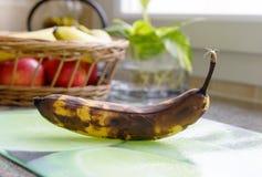 Тухлый банан на таблице Стоковое Изображение