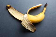 Тухлый сдержанный банан на серой предпосылке Стоковая Фотография