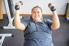 Тучная девушка в спортзале стоковые фото