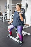 Тучная девушка в спортзале стоковое изображение rf