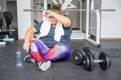 Тучная девушка в спортзале стоковая фотография rf