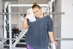 Тучная девушка в спортзале стоковые изображения