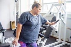 Тучная девушка в спортзале стоковое фото rf