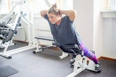 Тучная девушка в спортзале стоковое изображение