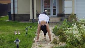 Тучная девушка делает тренировки видеоматериал