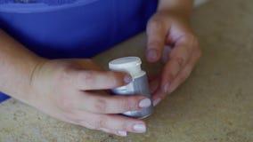 Тучная девушка держит пилюльки в руках сток-видео