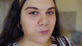 Тучная девушка ест видеоматериал