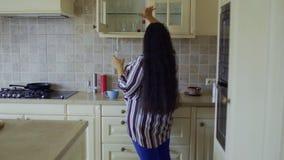 Тучная девушка раскрывает холодильник видеоматериал