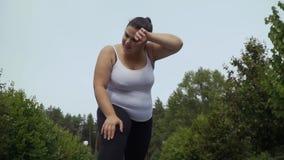 Тучная девушка утомлена после поручать видеоматериал