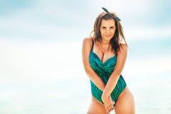 Тучная сексуальная женщина в купальнике около моря Стоковое Фото
