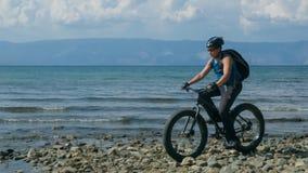 Тучные fatbike велосипеда также вызванные или велосипед тучн-автошины в лете управляя на пляже стоковые фото