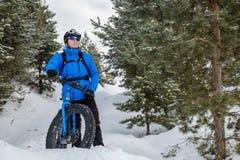 Тучный велосипед Тучный велосипед автошины Молодой человек ехать жирный велосипед в зиме стоковое изображение rf