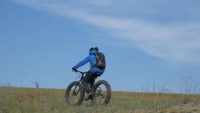Тучный велосипед или велосипед fatbike или тучн-автошины в лете управляя через холмы акции видеоматериалы