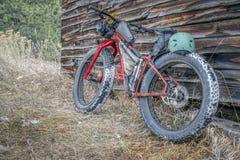 Тучный велосипед и деревенская кабина горы Стоковое Фото