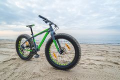 Тучный велосипед на пляже стоковые фотографии rf