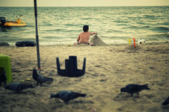 Тучный мальчик играя на пляже стоковое изображение