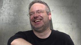 Тучный небритый смеяться над взрослого мужчины сток-видео