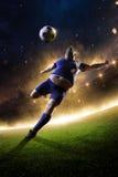 Тучный футболист в действии стадион в огне Стоковые Фотографии RF