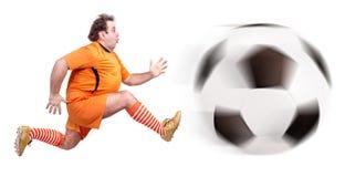 Тучный футболист пиная шарик Стоковые Фото