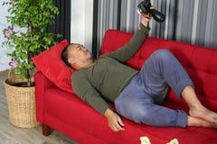 Тучный человек в живущей комнате стоковое фото rf