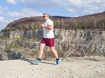 Тучный человек бежать в природе стоковые фотографии rf