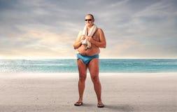 Тучный человек на пляже Стоковая Фотография