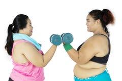 2 тучных женщины делая разминку совместно Стоковое фото RF