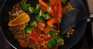 Тушат очень вкусные свежие овощи в лотке, еде для вегетарианцев дома сток-видео