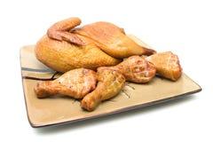 Туша жареного цыпленка и ноги цыпленка на белой предпосылке Стоковые Изображения