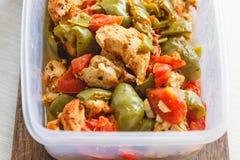 Тушеное мясо цыпленка и различный овощ-перец, томат, цукини в пластиковых сосудах для хранения в холодильнике или замораживание стоковые фотографии rf