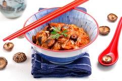 Тушёное мясо капусты с грибами цукини, луков, чеснока, имбиря и шиитаке в пряном томатном соусе Стоковые Изображения