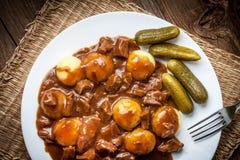 Тушёное мясо, который служат с силезскими лапшами и соусом Стоковое Изображение